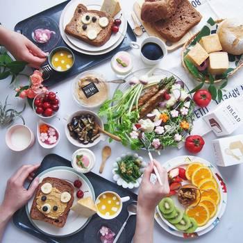 それぞれ好きなものをトッピングするオープンサンドも楽しいですね。スプレッドやチーズ、果物や野菜などを広げたら準備完了。お皿や盛り付けを工夫すると、ぐっとおしゃれになるのでおすすめです。