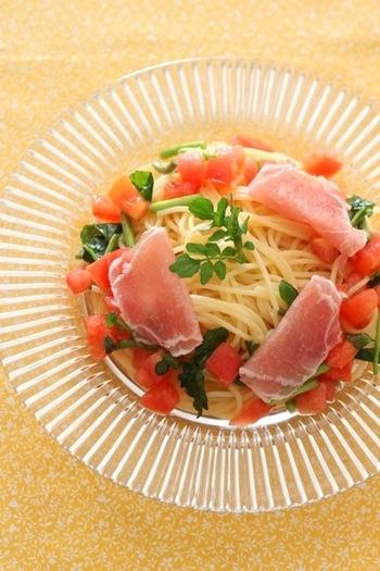 生ハムも、冷製パスタの具として人気。調理しなくても使えて便利ですし、塩気がきいた本格的な味わいを簡単に楽しめるところが魅力ですね。こちらは、生ハムとトマト、クレソンの冷製パスタ。