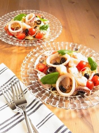 魚介も、冷製パスタにぴったり。イカやホタテは、さっと塩ゆでしてプリプリのまま仕上げ、トマトなどとともに冷やしておきます。具だくさんで贅沢な夏パスタを召し上がれ。