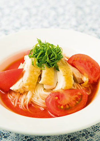 鶏をプラスして、栄養バランスもばっちりな冷製パスタ風トマト素麺に。素麺は、ゆでる時間が短いのもメリットですね。忙しいときなどにもおすすめ。