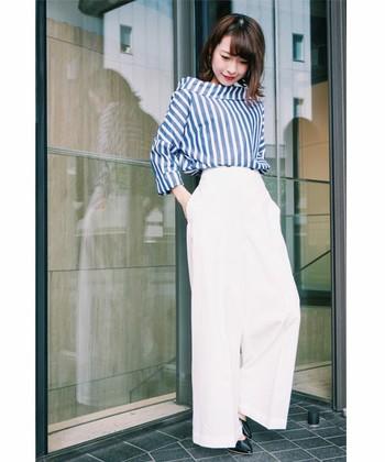 ハンサムなシャツだけでなく折り返した襟やオフショルダーがアクセントの「プルオーバーブラウス」などデザインも色々。腰高のワイドパンツでスラリと着こなして。