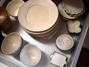 キッチン背面のIKEAの背面収納の引き出しを食器棚にしています。 朝昼晩といつでも出番の多いものは引出しの1段目に。小皿や豆皿やスクエアプレート。
