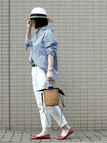 「太ストライプシャツ」は膨張色の白パンツと合わせても、すっきり見せてくれる優秀アイテム。帽子と合わせて、さらに縦長効果をアップして。