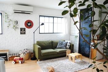 ■ミキさん with モヒちゃん(ミニチュアダックス) グリーンのソファをメインに落ち着いたトーンでコーディネートした落ち着いた雰囲気。壁が白く、太陽光が差し込むので全体的に明るく気持ちの良い空間です。 いたずら好きといわれるミニチュアダックス。引っかいたりかじったりしないように、壁の高い位置にウォールステッカーを貼ったりしているそう。