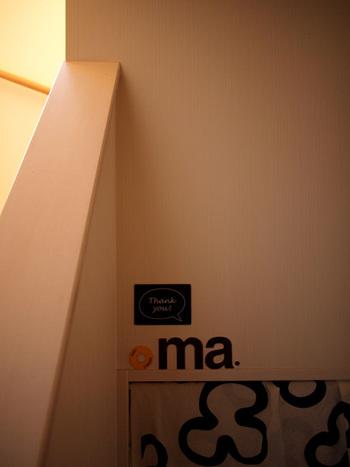 ■かおるさん with コギオちゃん(コーギー) 階段下の収納をおウチにしているのは、コギオちゃん。フレンチブルのちくわちゃん同様、奥まったスペースは犬にとって落ち着けるようです。  来客時はカーテンを閉めておけば、中が見えないので気になりません。(次の画像につづく)