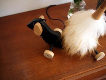 犬のおもちゃもデザインにこだわるのがおしゃれなインテリアを実現する秘訣。ちょっととぼけた表情が可愛いですね。  棚に飾っておいてもサマになるおもちゃを選ぶと、人も犬も楽しめます。