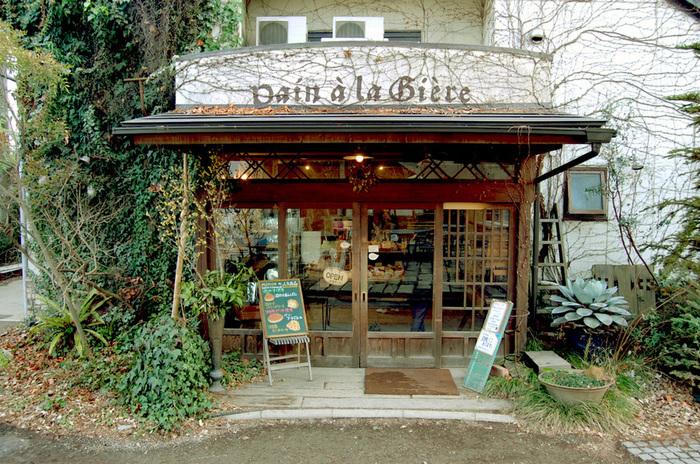 同じ敷地内にあるベイカリーのパンも人気。大正時代の土蔵倉を再リノベーションした建物が素敵です。