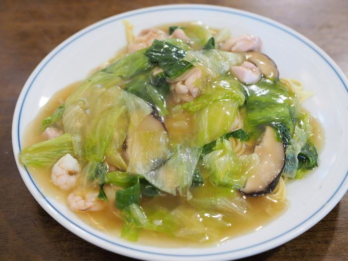 鶏ガラスープをベースにした餡をかけた撈麺(エビカシワソバ)。香辛料を極力控えた優しい味わいは、まさに京風中華の起点となる味です。