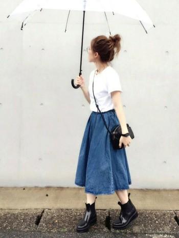 サイドゴアブーツもスタイリッシュで素敵。ロング丈のボトムは泥はねが心配、そんな時にはミモレ丈のスカートが便利です。
