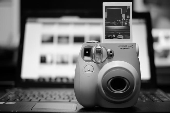 チェキならではなのが、86×54mmの縦長のこのフィルム。ミニサイズだからアルバムにはもちろん、手帳などにも貼れて使い勝手◎!撮ってすぐにイメージを確認できるので、センスもどんどん磨けます◎お気に入りの写真をお部屋に並べても素敵ですね。