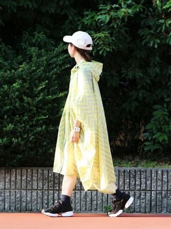 野外フェスやアウトドアの雨対策には、淡い黄色が可愛いポンチョを。脱いだらレジャーシート代わりにもなるそう。