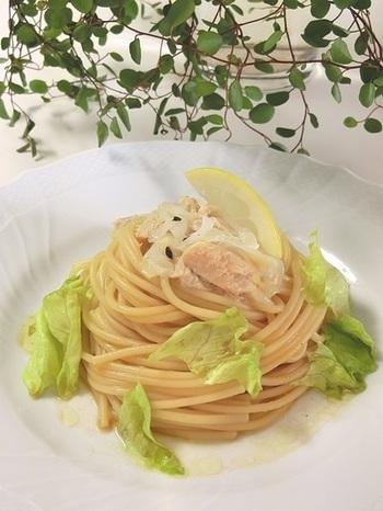 爽やかなレモン風味が夏らしい、醤油味の和風冷製パスタ。トマト、キュウリ、ナスなどの夏野菜を加えて、彩りを華やかにするのもいいかもしれません。