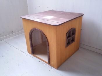 ■室内用ペットハウス 手作りするのは難しいけれど、既製品は味気ないと思っている方にぴったりのハンドメイドです。  内側の壁面は無塗装で、床は自然素材の保護塗料を使用。ワンちゃんがなめてもかじっても安心です。小さな窓がおしゃれですね。