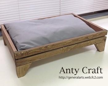 ■ペット用木製ベッド ワンちゃんが快適に眠るためのベッドは、デザインと機能性にこだわりたいもの。  こちらの木製ベッドは、湿気がこもらないように、すのこ仕様になっています。クッションは丈夫なキャンバス地で、カバーを外して洗うことが可能。  アンティーク調のカラーが大人っぽくて、シンプルな北欧風のインテリアにも合いそうですね。