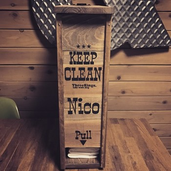 ■木製ペットシーツスタンド シーツを上から入れて下から出すタイプです。パッケージそのままで置いておくと、生活感が出てしまいますが、おしゃれなスタンドに収納すれば、そんなお悩みも解決です。  木のボックスに入れることで、ワンちゃんがシーツをかじったりするいたずらも防げますよ。