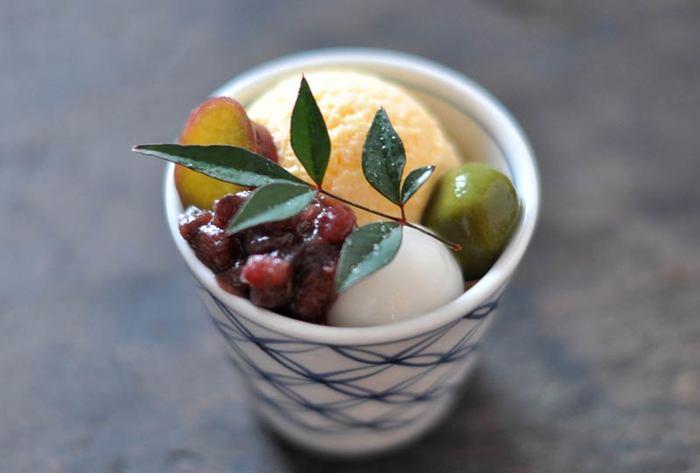 白玉だんごにアイス、あんこなどを盛りつけた和風パフェ。市販のものを使うと簡単に作れますし、こちらのサイトではアイスからあんこまでトッピング全てのレシピも公開されています。一から丁寧に作って、おもてなしに出すのも良さそう。
