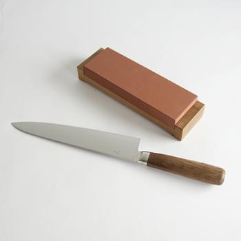 刃は、SLD鋼をステンレスで挟んだ3層構造となっていて、切れ味がよく、赤錆が出にくくなっています。自分でメンテナンスしながら長く使うことのできる砥石基本セットもあるのが嬉しいですね。