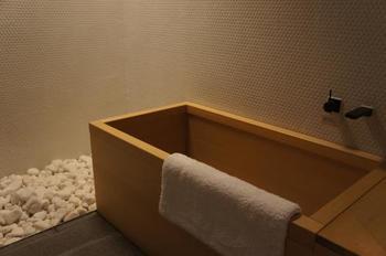 奥庭を彷彿とさせるデザインのお風呂。大きな檜葉の浴槽はとても香り豊かで、ゆったりと旅の疲れを癒していただけます。スイートルームではプライベートの露天風呂を楽しめます♪