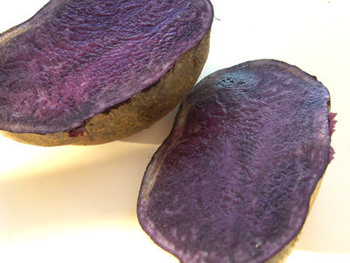 濃い紫色をしたジャガイモ「シャドークイーン」。ジャガイモとサツマイモの中間の様な食感で、調理しても鮮やかな色が変わらないのが特徴です。この色彩を活かした料理で楽しんでみましょう。