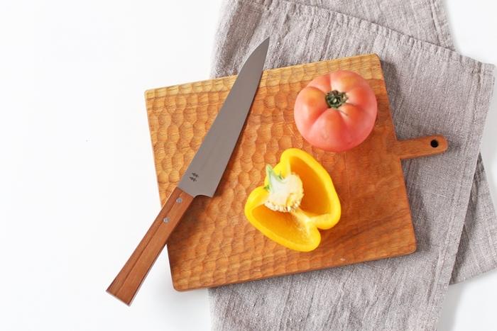 """刃物の街で有名な岐阜県関市にある「志津刃物製作所(しづはものせいさくしょ)」。 伝統的な刃物の製造技術を生かしつつ、新しいデザインを取り入れています。  こちらは""""morinoki""""というシリーズの万能ナイフです。2本仲良く並んだ木のロゴがとってもキュート。温かみを感じる万能ナイフは、刃の部分がしなやかな曲線を描いていて通常の包丁よりも細めにできています。使い心地はもちろん、デザインにもこだわりたい方におすすめです。"""