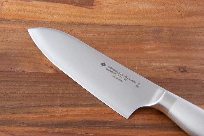 刃部分は、切れ味が長続きする特殊ステンレス鋼で作られていて研ぎ直すことができます。サイズは3種類ありますが、普段使いには18センチのものを選ぶとよいでしょう。