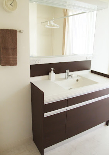 """スッキリとした洗面台、とってもステキですね♪  """"モノがない""""ということは、""""掃除もしやすくていつお客様に見られても◎""""ということに繋がります。そのためには、限られたスペースを上手に活用していくことが大切。"""