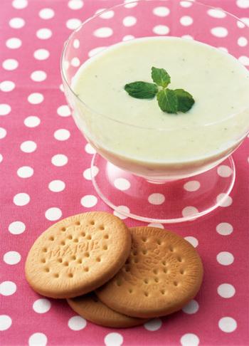 見た目だけでは何のスープかわからない一杯もおすすめ。お客様に出して当ててもらうのも良いですね♪こちらは桃とヨーグルトを合わせてミントをアクセントにしたデザートスープです。