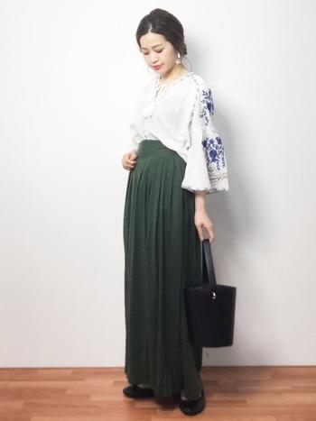 今年大人気の刺繍トップスをあわせたトレンドコーディネート。ヘアや小物もクラシックな雰囲気でまとめられています。ブラウスのふんわりとした袖と、パンツのキレイなラインが印象的です。