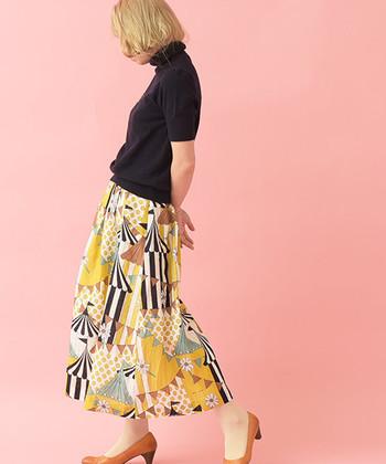 個性的な柄がかわいいスカート。トップスがシンプルだからこそ、より引き立ちますね。