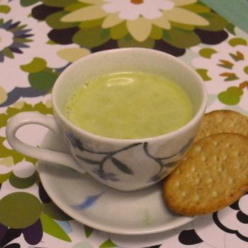 抹茶ミルク?いえいえこちら、グリーンピースのデザートスープなんです。グリーンピースはデザートでも楽しめますよ♪冷凍を使えば季節を問わず楽しめます。洋酒が入ったちょっぴり大人の味わいもポイント。