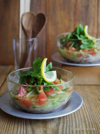 一見するとサラダボウルのようですが、たくさんの野菜を一度に味わえるタイ風の爽やかなスープです。鯖缶も使うので、美味しいコクも出ています。水の量を減らせば、そうめんや冷麦のつけだれにも。