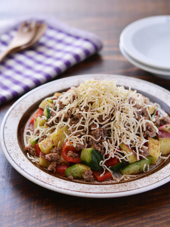 サツマイモの自然な甘さが美味しいメキシカン風サラダです。とろけたチーズが、チリパウダーと絡まって、ピリ辛美味しい♪ サツマイモはレンジ調理するとより手軽に作れますよ。