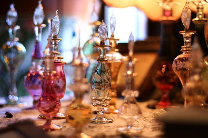このまま飾っておくだけで素敵なエジプト香水瓶。まるで魔法の世界のようでウキウキしますよね♪