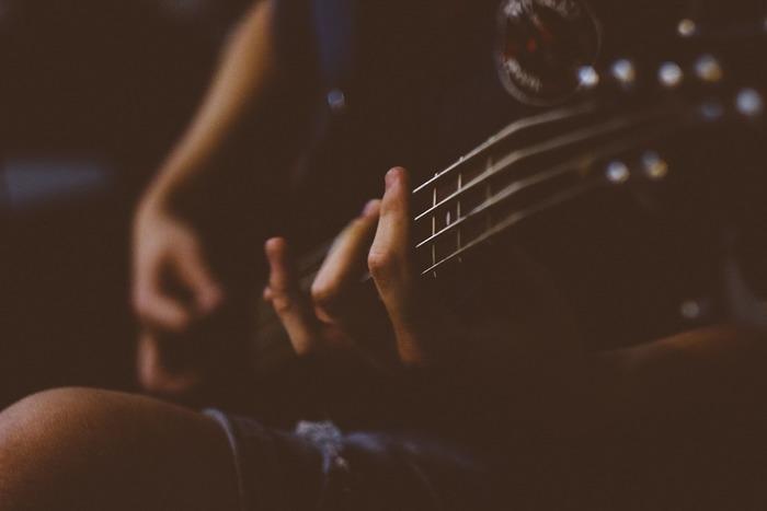 特にこの直子という人物が「僕」にとって大きな鍵となります。直子と分かれた後偶然再会し何度か会っていたが突然「僕」の前から姿を消した直子・その後彼女が亡くなり、同居人のレイコさんと話をする中でギターで「ノルウェーの森」を奏でる・・・