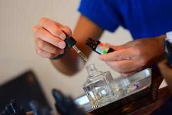 無水エタノール10mlをボトルに入れる。 精油を20滴入れ、よく混ぜる。