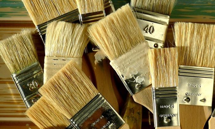 泥やホコリはなど、汚れは乾いた汚れのうちに取り除くが吉!ペンキを塗る時の平たい刷毛を使うのがおススメです。大きめの刷毛を使うと一度にたくさんのホコリを落とすことができて便利ですよ。