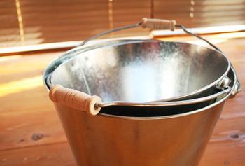 <洗い>  きれいな水と洗剤入りの水を2種類つくるのでバケツを2つ準備します。