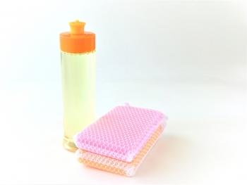 バケツに水をくみ、食器洗い用の中性洗剤を入れます。洗剤は数滴で十分です。雑巾(あればシャンプーと呼ばれる器具が便利)を浸けて軽く絞る。ゴシゴシふき取るのではなく汚れを浮かして回収するつもりで。※「洗剤は入れすぎず」「窓が乾く前に」が鉄則!!乾くと汚れがこびりついてしまうので、窓は1枚ずつ掃除しましょう