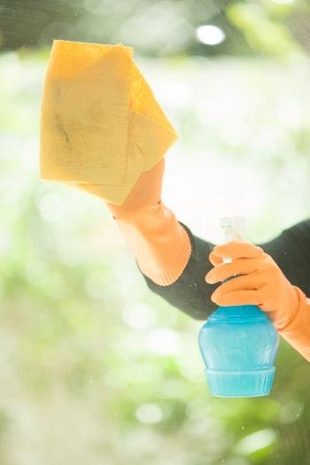 <すすぎ>  きれいな雑巾を出して、きれいな水で濡らして絞固く絞ります。先ほど吹いた窓ガラスに残った洗剤をきれいに拭き取っていきましょう。※タオルが汚れたらこまめにきれいな面に変えて拭くようにしてください。