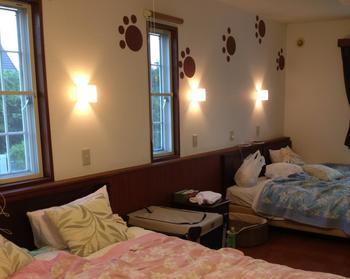 壁のマークがとってもかわいいお部屋。気分が盛り上がりますね。貸し切りの岩風呂やログ風露天風呂もあります。思いっきりワンちゃんと遊んだあとはさっぱりと汗を流しましょう。