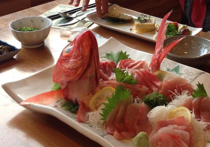 伊豆の新鮮な金目鯛のお刺身が豪華!獲れたての海鮮で飼い主さんのお腹も大満足です。ワンちゃんには「ローフード(生食)」の考え方に基づいた馬肉パーフェクトミンチを用意しているとのことです。
