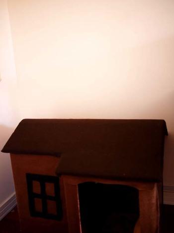 ■かおるさん with ぷーちゃん(トイプードル) ぷーちゃんのおウチは茶色で統一しました。元々あった犬小屋に、茶色のウール生地を両面テープで貼っただけの簡単DIY。これならお子さんと一緒に作って楽しめそうです。