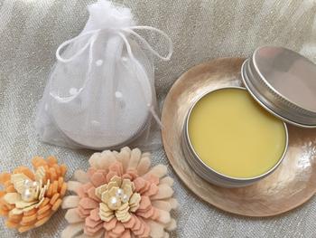 ホホバオイル15mlと蜜蝋5gをボウルに入れ、湯煎にかける。 蜜蝋が完全に溶けたら容器に移す。 精油15滴を加え、かき混ぜる。