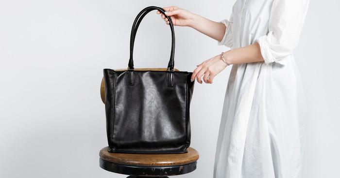 女性らしさと使いやすさを兼ね備えた「プリソワ トート」は、まるで絹のような柔らかな手触りと質感が特徴的。
