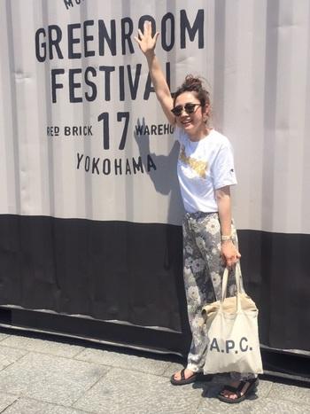 こちらは横浜・赤レンガ地区で毎年5月に開催されるグリーンルームフェスティバルでのひとコマ。動きやすいシンプルなTシャツ&花柄パンツコーデで、元気いっぱいに会場をまわりましょう!