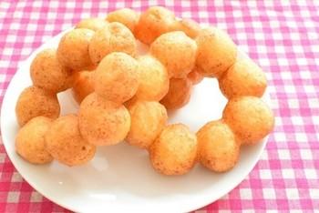 某ドーナツショップの人気商品風のドーナツ。あのモチモチ具合を研究する方は多いようです…。色々なレシピがありますが、材料の少ないこちらのレシピをご紹介♪まさかドーナツに白玉粉が入るなんて思いませんでした!