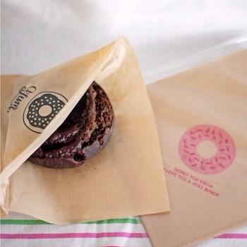 袋までドーナツ!可愛いアイデア♪ ころころと丸いドーナツだと転がりやすいので、小さな袋に入れると食べやすいのでおすすめです。