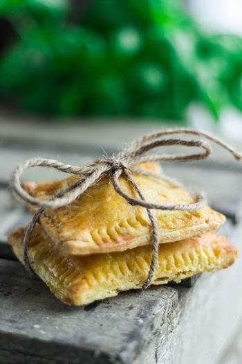 こちらはの写真はパイですが、ドーナッツを紐で縛っても可愛いですよ♪