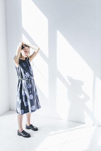 暑い季節になってくると、お洋服を重ね着するのも億劫になりがち。そんな季節におすすめなのが、ひんやりと風を感じるリネン素材のお洋服。