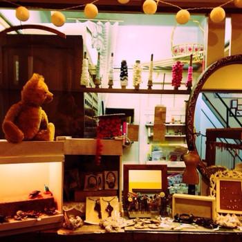 """""""アトリエショップ ロジック""""は、「いつか、外国の手芸屋さんのようなカウンター式のお店をやりたい」という夢を抱いていたオーナーが営んでいます。手芸好きな方はもちろん、眺めているだけで異国情緒が味わえる素敵なお店です。"""